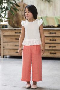 Conjunto Niña Camisa Plumeti Crudo & Pantalón Pirata Coral de Manuela Montero