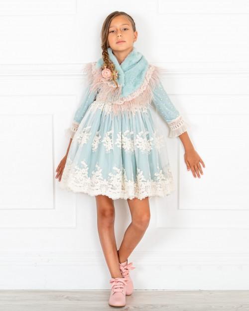 Outfit Niña Vestido Vuelo Tul Bordado & Cuello Pelo Azul Empolvado & Botines Piel Rosa