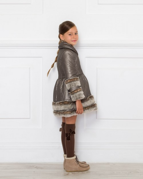 Outfit Abrigo Acolchado Metalizado & Pelo