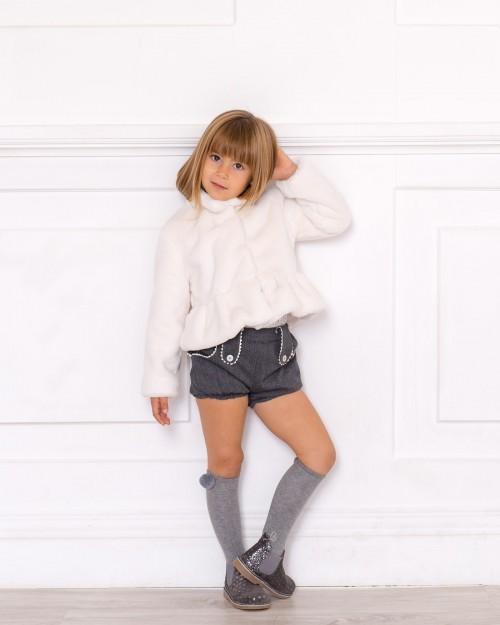 Outfit Blusa Plumeti, Short Gris & Abrigo Pelo Crudo