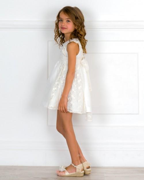 Outfit Niña Vestido Piqué & Encaje con Tul Bordado Beige & Alpargatas Crudo & Adorno Floral