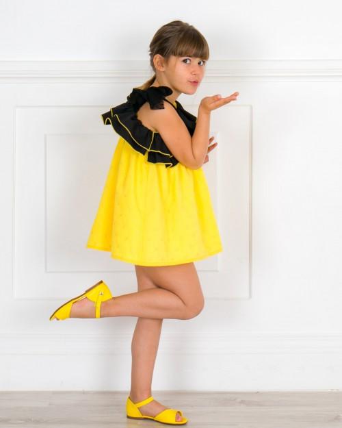 Outfit Niña Vestido Eleonora Lunares Amarillo & Doble Volante Asimétrico con Tul Negro & Sandalia Piel Amarillo