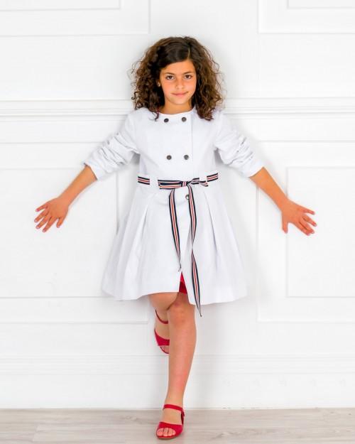 Outfit Niña Gabardina Tablas Blanco & Cinturón Navy & Sandalia Amelia Piel Rojo