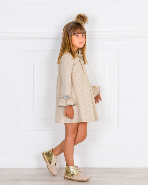 Outfit Vestido Topitos Beige & Botines Glitter