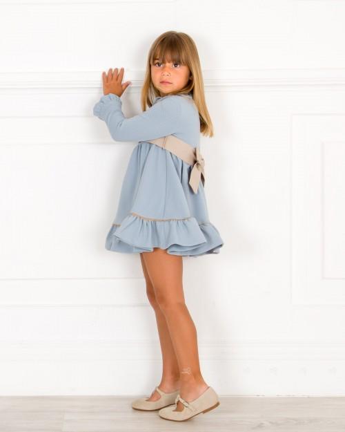 Outfit Vestido Punto Piqué Vuelo Azul Empolvado & Merceditas Beige