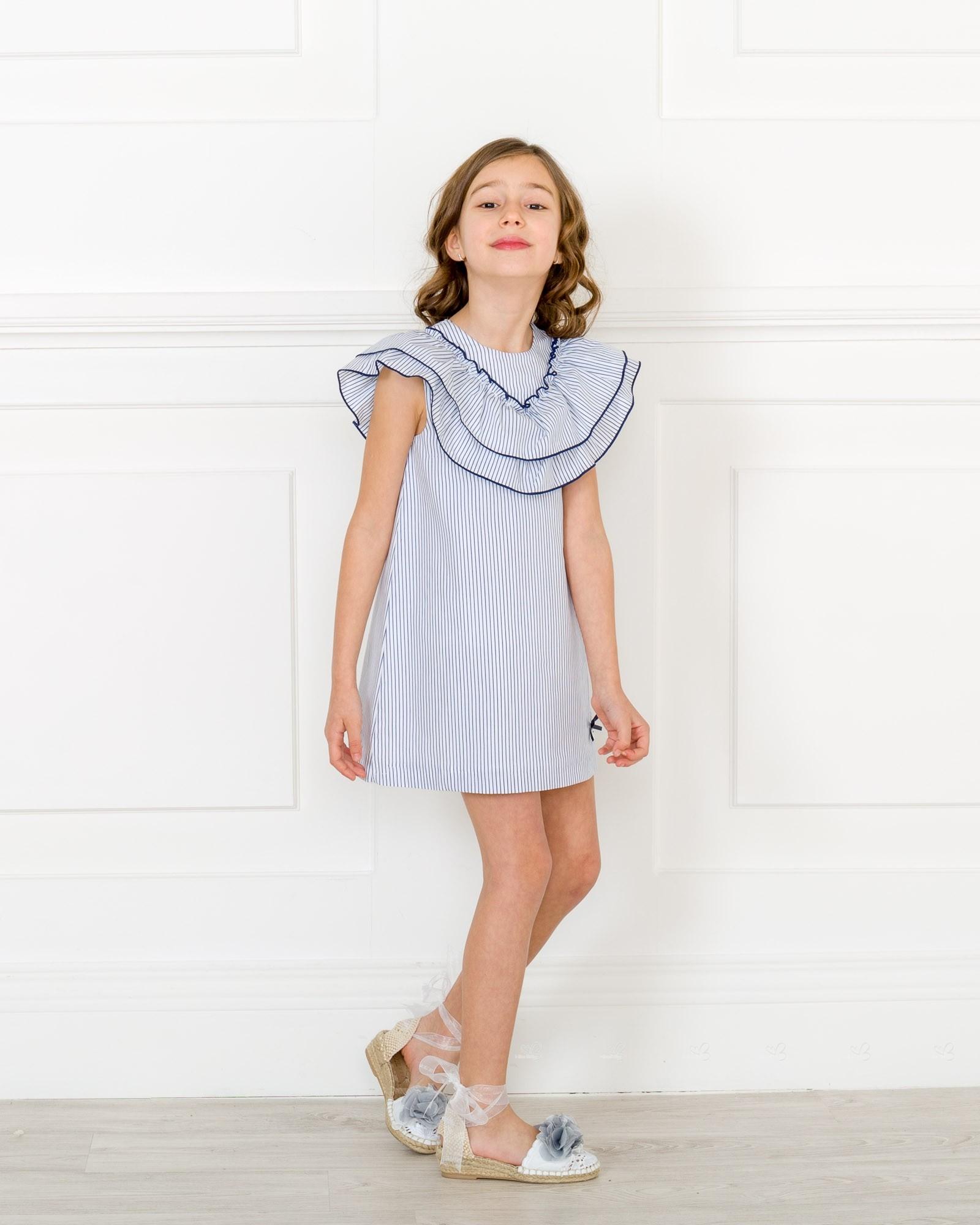 Outfit vestido blanco con rayas azules