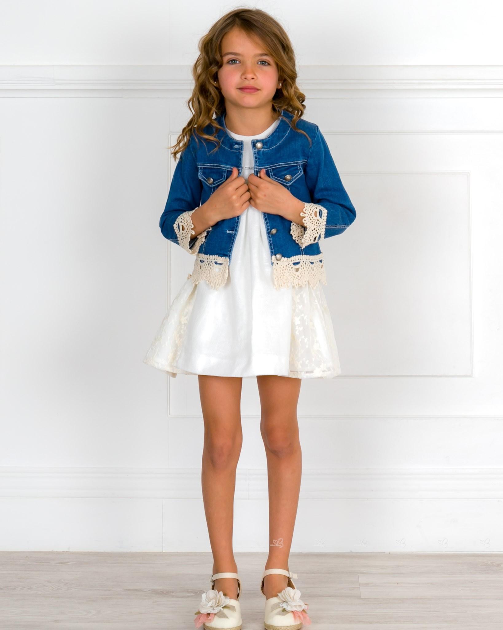c78903aef Outfit Niña Vestido Piqué & Encaje & Cazadora Azul Denim & Alpargatas  Adorno Floral ...