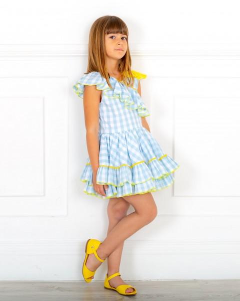 Outfit Niña Vestido Vichy Azul Celeste con Volante Cuello Asimétrico & Lazo Amarillo & Sandalia Piel Amarillo