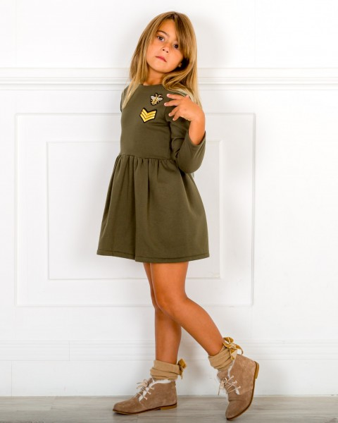 Outfit Niña Vestido Verde Militar con Insignias Militares Doradas & Botines Piel Visón