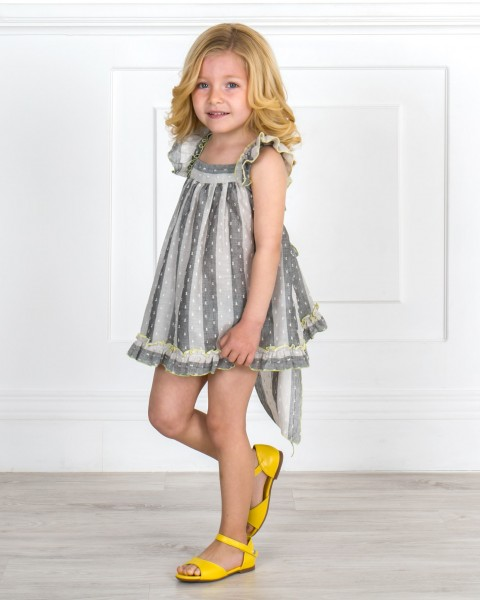Outfit Niña Conjunto Plumeti Rayas Gris & Volante Cruzado Espalda & Sandalia Piel Amarillo