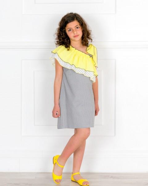 Outfit Niña Vestido Volantes Cuello Asimétrico Vichy Negro & Blanco & Turbante Lunares & Sandalia Piel Amarilla