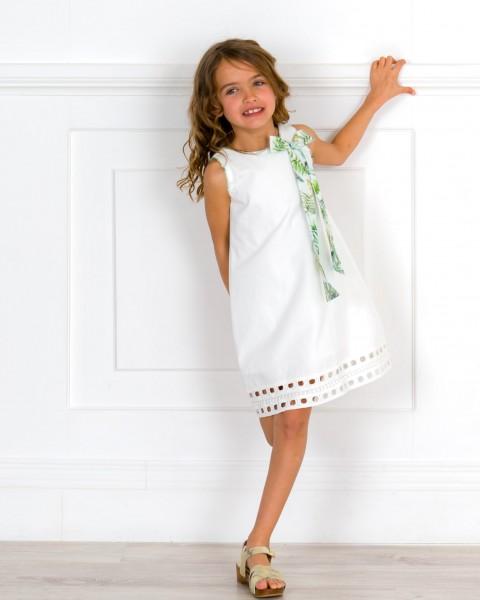 Outfit Niña Vestido Blanco Roto & Lazada Tropical Cuello & Zuecos Madera Dorado