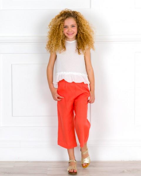Outfit Niña Conjunto Camisa Plumeti Crudo & Pantalón Pirata Coral & Zuecos Madera Dorado