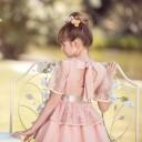 Nekenia Vestido Niña en Blonda Floral Rosa con Lazo Raso Beige