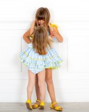 Outfit Niña Jesusito Vichy Azul Celeste Volante Cuello Asimétrico & Lazo Amarillo & Sandalia Piel Amarillo