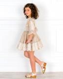 Outfit Niña Vestido Encaje & Volantes Beige & Zuecos Madera & Piel Dorado
