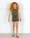 Outfit Niña Mono Tencel Verde Caza & Zuecos Niña Madera Dorado