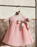 Vestido plisado rosa empolvado con lazo beige