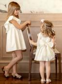 Outfit Niña Vestido Tul Plumeti Beige con Collar Flores Doradas & Rosas & Zuecos Madera & Ante Beige