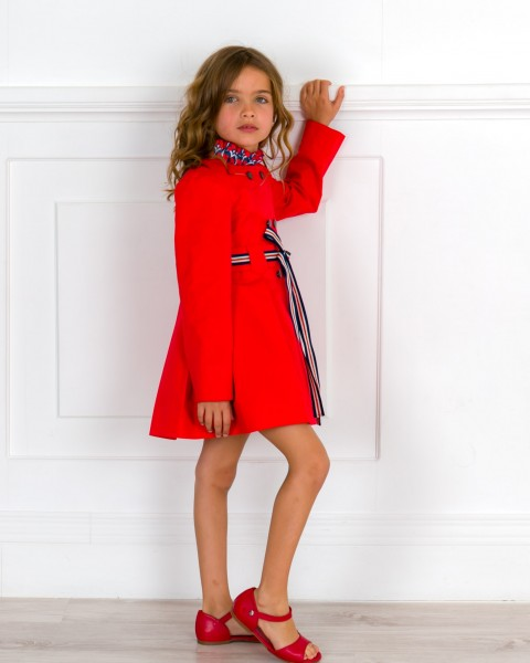 Outfit Niña Gabardina Tablas Rojo & Cinturón Navy & Sandalia Amelia Piel Rojo